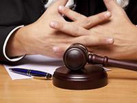 Судейский молоток, ручка, руки