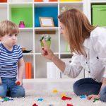 Женщина-воспитатель, ребенок