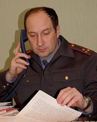 Полицейский, телефон, документ