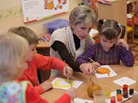 Воспитательница, дети, краски, кисточки, тыква