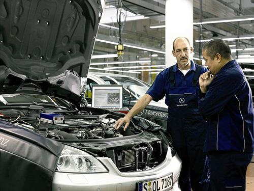 Мужчины-мастера, автомобиль с открытым капотом