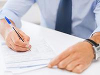 Мужчина, ручка, лист бумаги