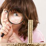 Ребенок, лупа, монеты