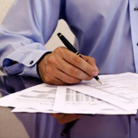 Мужчина, документы, ручка