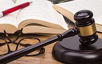 Судейский молоток, книги, очки, ручка