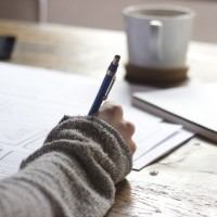 Лист бумаги, чашка, ручка