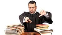Судья, судейский молоток, книги, документы
