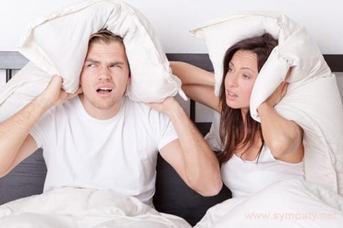 Мужчина и женщина с подушками на голове