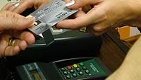 Банковская карта, терминал, руки
