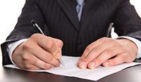 Лист бумаги, ручка, мужчина