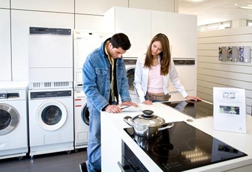 Мужчина, женщина, стиральная машина, плита
