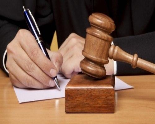 Судейский молоток, лист бумаги, ручка