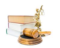 Судейский молоток, книги, весы