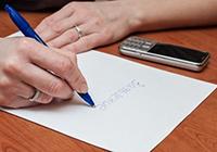 Лист бумаги, ручка, телефон, женщина