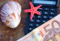 Калькулятор, ракушка, деньги