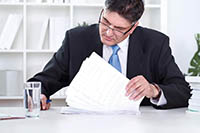 Мужчина, документы, стакан воды