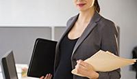 Беременная женщина, компьютер, документы