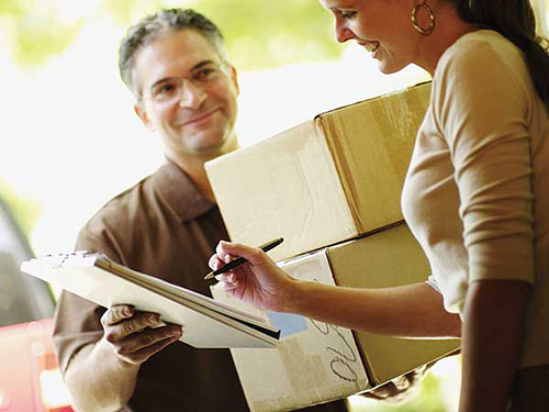 Мужчина, женщина, документы, коробки