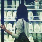 Женщина, холодильник, магазин, витрина