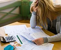 Женщина, калькулятор, документы