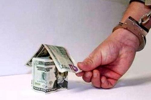 Рука в наручниках, дом из денег