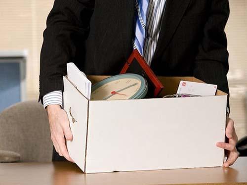 Мужчина, коробка с личными вещами