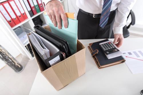 Мужчина, коробка с личными вещами, калькулятор