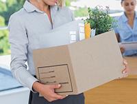 Женщина, коробка с личными вещами