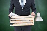 Мужчина с ящиком с личными вещами