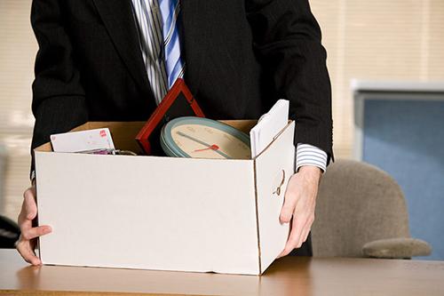 Мужчина с коробкой личных вещей