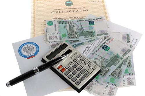 Документы, деньги, калькулятор, ручка