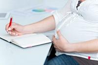 Беременная женщина, блокнот, ручка