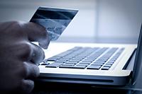 Ноутбук, рука, банковская карта