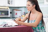 Женщина, документы, ручка