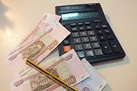 Калькулятор, деньги, карандаш