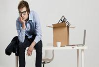 Мужчина, коробка с личными вещами, стол