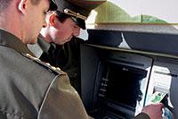 Военнослужащие, банкомат
