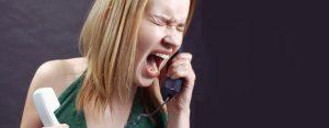 девушка кричит в трубку телефона
