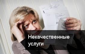 женщина читает договор