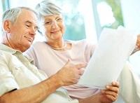 Пожилые люди с медицинской справкой