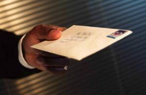 рука, письмо в конверте