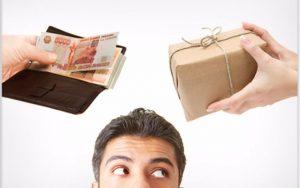 парень выбирает между товаром и деньгами