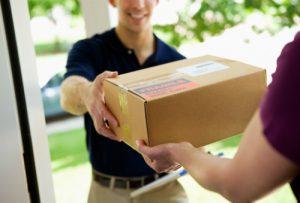 курьер, коробка с товаром, покупатель
