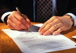 адвокат пишет на листке бумаги